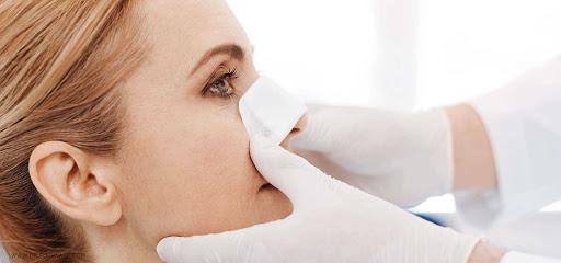 عمل جراحی بینی یکی از روش های زیبایی بخشی به این عضو صورت است
