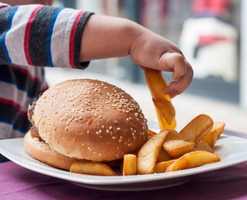 میزان غذایی را که کودک شما میل می نماید، مورد بررسی قرار دهید.