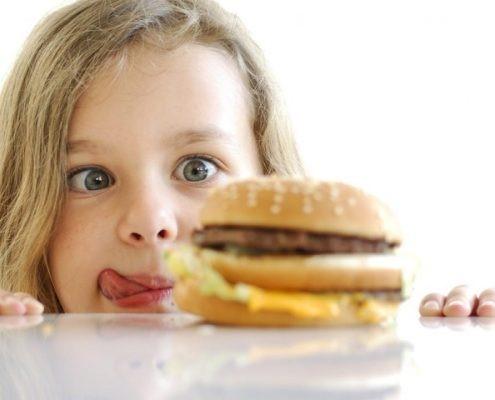 میزان علاقه ی اکثر افراد و به خصوص کودکان به انواع فست فودها