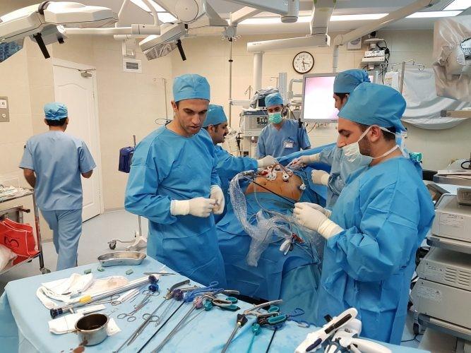 اگر یک جراح کاهش وزن در زمینه جراحی کاهش وزن تحصیلات لازم را داشته باشد
